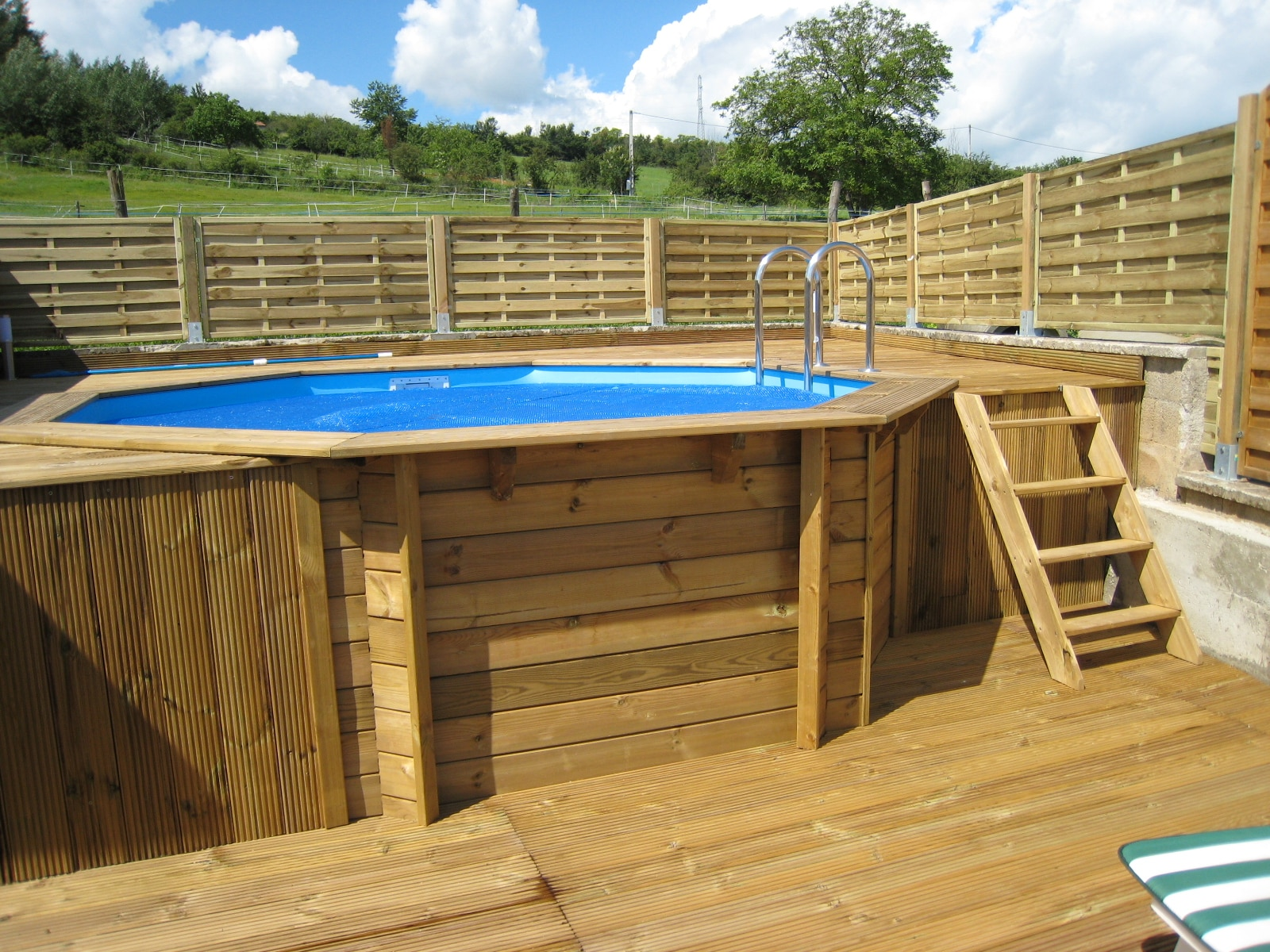 Comment monter une piscine en bois for Piscine semi enterree bois hexagonale