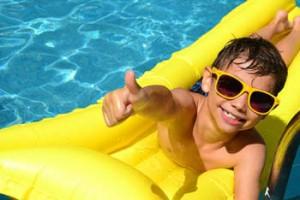 Enfant sur matelas de piscine