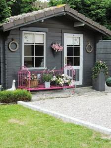 Aménagement d'un abri de jardin avec un banc rose