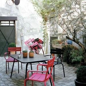 Alliance du rose et du gris pour un salon de jardin en métal