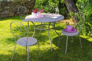 Table en métal romantique