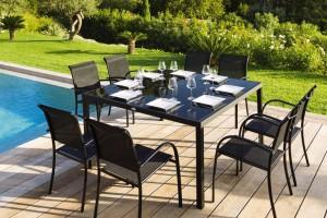 Table noire en métal carré