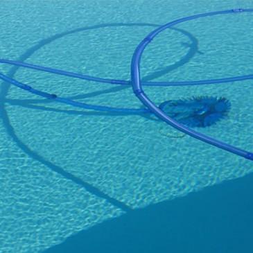 Robot de piscine archives blog jardideco for Nettoyer sa piscine avec balai