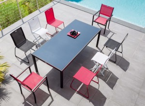 Table rectangulaire + chaises de couleur