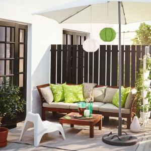 Salon de jardin avec éléments de déco verts