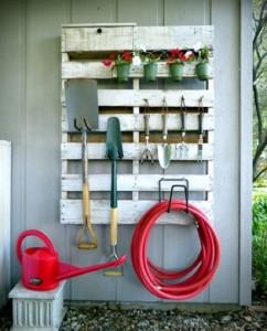 Rangement outils de jardin avec une palette