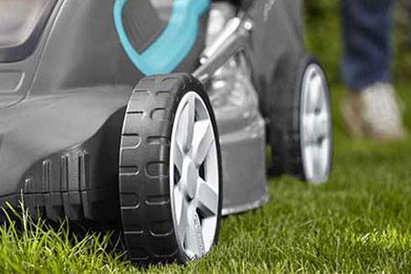 Choisir la bonne tondeuse de jardin c 39 est la garantie d 39 une belle pelouse - Tondeuse a gazon automatique ...