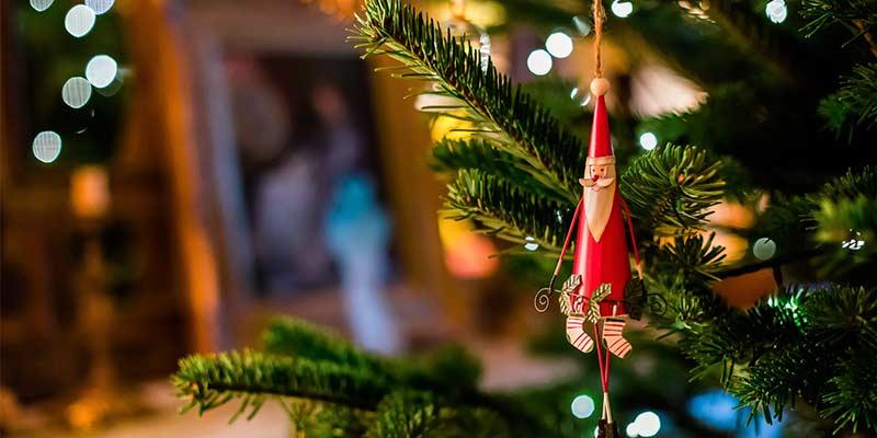 Adopte un sapin de Noël artificiel pour une déco de Noël réussi