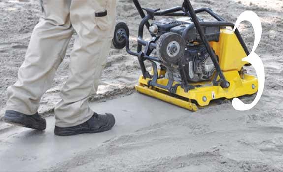 Compactage du sable pour aménagement extérieur