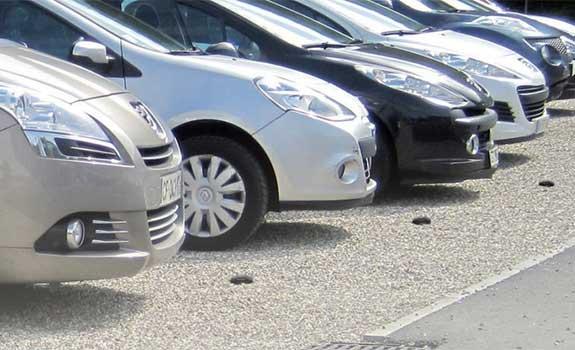 Aménagement extérieur d'un parking pour voitures avec dalles stabilisatrices de gravier