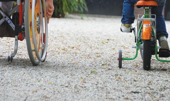 Aménagement extérieur d'une cours avec dalles stabilisatrices de gravier