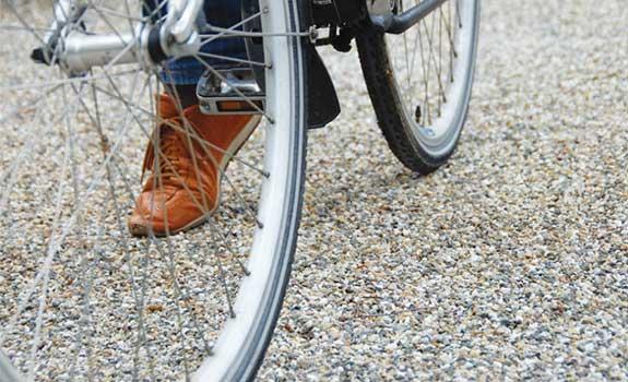 Aménagement extérieur pour cyclistes avec dalles stabilisatrices de gravier
